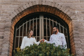 Bento Gonçalves RS prewedding couple portraits under a brick building arch