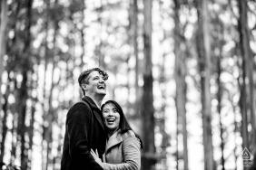Retratos de compromiso de Victoria en blanco y negro para una pareja de Australia
