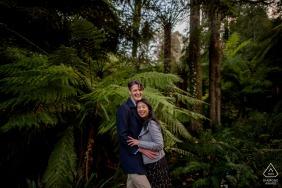 Retratos de noivado de casal em Dandenong, Victoria, Austrália nas árvores da floresta