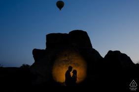 Kappadokien vor der Hochzeitssitzung bei Sonnenaufgang mit einem Heißluftballon, der über Kopf abhebt