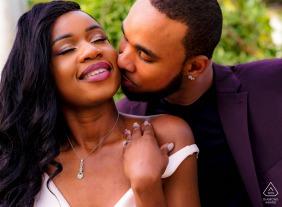 在英國倫敦克拉珀姆公園進行訂婚拍攝時,夫妻之間的親密姿勢