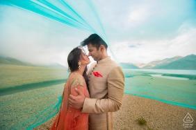Ladakh, Indien Verlobungsfotograf | Das hohe Gebirge, die kalten Winde und ihre Liebesgeschichte halten sie warm!