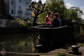 Londres, Royaume-Uni Boat House terrasse soleil couple romantique séance de portrait pour des photos de fiançailles