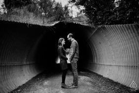une session de portrait du tunnel Redwood City Love pour leur photographie de fiançailles