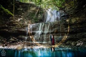 Retrato de compromiso de una pareja de pie junto a una cascada en Sherman Falls, Hamilton