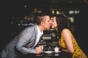 un couple prend un café dans un café de Florence pendant une séance photo de fiançailles