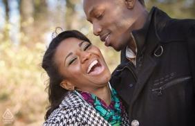 Stone Mountain Park Fiance lacht samen tijdens verlovingsportretten