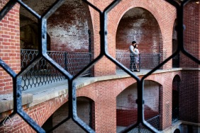 Casal de São Francisco no forte para retratos de noivado em estilo militar