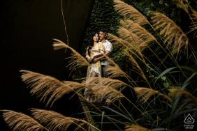 Casal de Zhejiang posando na floresta da China durante a sessão de fotos de noivado