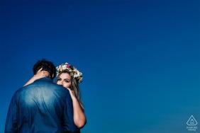 Santa Teresa, Espírito Santo, Brésil E-Session avec un couple contre un grand ciel bleu avec elle portant des fleurs dans ses cheveux