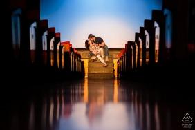Trieste, Włochy narzeczeni pozują w teatrze do portretów