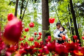 Ljubljana, Eslovênia Papoulas e abraços para um casal posando para retratos de noivado