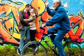 意大利特雷維索,在與一個男人騎自行車經過並揮舞著的訂婚會議中的有趣時刻