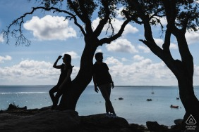 Noirmoutiers couple silhouette portrait during engagement shoot at the water in France