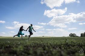 Domalain, un couple de France court dans les champs lors d'une séance photo de fiançailles