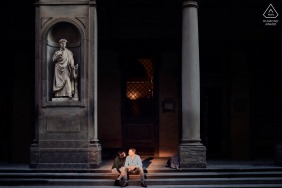 Photographie d'engagement de couple escaliers éclairés à Florence, Italie