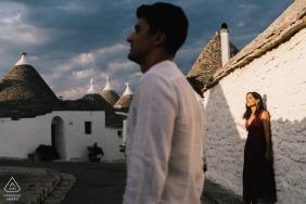 Photos de fiançailles de couple créatif dans les Pouilles
