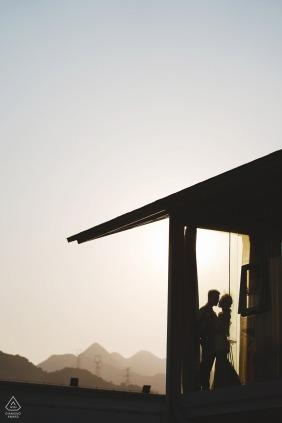 在日落時分在中國一家酒店的情侶訂婚肖像剪影