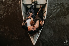 Overhead couple in a boat engagement photography at Assis Chateaubriand, Paraná
