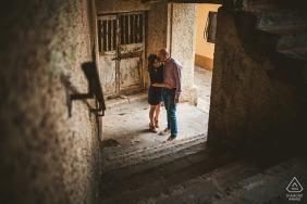 Photographie d'engagement de vieux escaliers à Cosenza, Italie