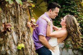 Santana Row, San José, California, pareja durante su sesión de compromiso con Love in the Ivy