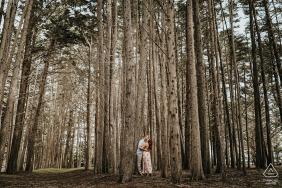 Moss Beach, Californie e-session d'un couple dans les bois pour ce portrait