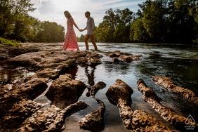 訂婚肖像會議期間,一對夫婦在法國奧西塔尼過河