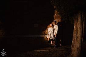 Vitaleta e-session de couple près du mur sous les projecteurs du soleil