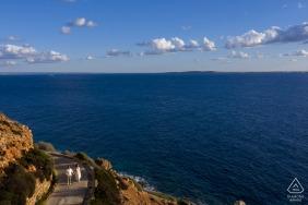 Levanzo - wyspa Egadi - Włochy portrety zaręczynowe pary spacerującej nad morzem