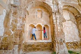 哈恩·拉·伊魯埃拉(La Iruela),哈恩一對夫婦在老建築的廢墟上牽著手的婚紗照