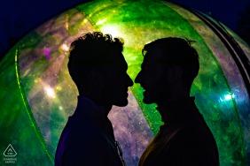 Lectoure, Gers, France couple de même sexe parlant avec un grand ballon de couleur