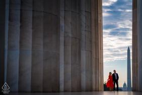 這對夫婦站在林肯紀念堂前的DC訂婚肖像,在左走廊往左走,與遠方的國會大廈和華盛頓紀念碑