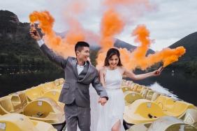 Fotografia zaręczynowa pary w White Mountain z pomarańczowym dymem - to był dzień, w którym pogoda nie mogła być świeższa. Idealny dzień dla pary opowiedz swoje szczęście.