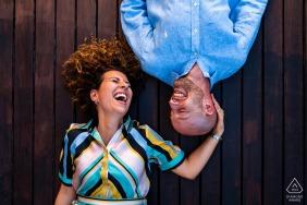 意大利里雅斯特的Sistiana與夫婦訂婚,一個有趣的時刻,他們躺在甲板上