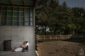 安大略在一次农场会议上的婚礼前摄影,在一个空的钢铁谷仓内拍摄