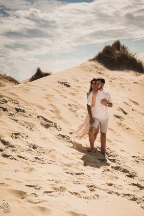 Portrait d'engagement Hauts-de-France avec un couple posé dans les dunes de sable de Fort-Mahon-Plage - Somme
