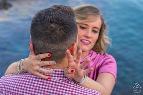格拉納達的婚禮前合影,一對訂婚的情侶擁抱並炫耀她的戒指,在格拉納達的阿爾穆涅卡爾
