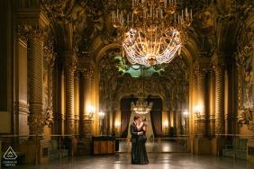 Francia antes de la boda y fotografía de compromiso con atuendo formal en interiores en París