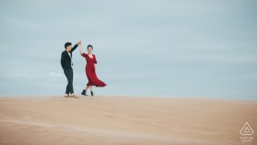 China engagement photoshoot & pre-wedding session with dancing on the sands of Fuzhou