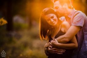 Truckee, CA photo de mariage pré d'un couple embrassant dans la chaude lumière du coucher du soleil