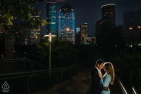 德克薩斯州夫婦在休斯頓市區的背景下度過了浪漫的時刻