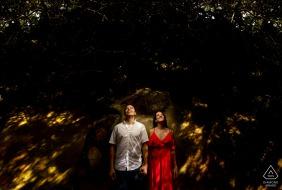 Tunel Guajataca, Isabela, Puerto Rico couple avec les petites formes de lumière du soleil plus une lumière lors d'une séance de portrait créatif avant le mariage