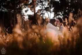 Montpellier France Couple dans la nature lors d'une séance de portrait pré-mariage dans les champs d'herbes hautes