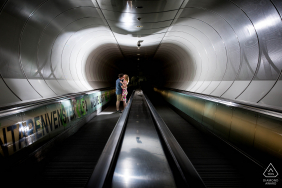 Dans le métro de Rotterdam sur l'escalator, le couple est debout sur l'escalator et passe un moment avec personne autour d'eux lors d'une séance photo de fiançailles