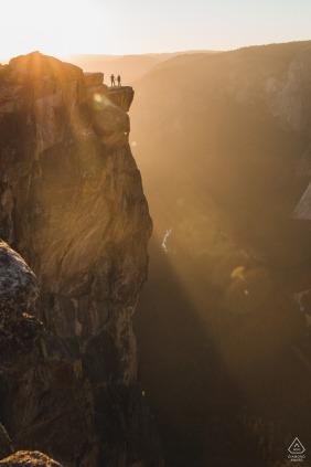 Sesión de compromiso de aventura en Taft Point en el Parque Nacional Yosemite