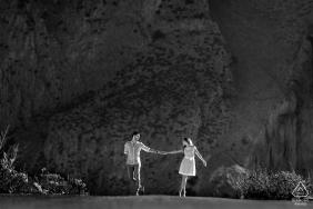 Plage de Sanvitolocapo Couple amoureux tendant la main pour un portrait d'engagement artistique b & w