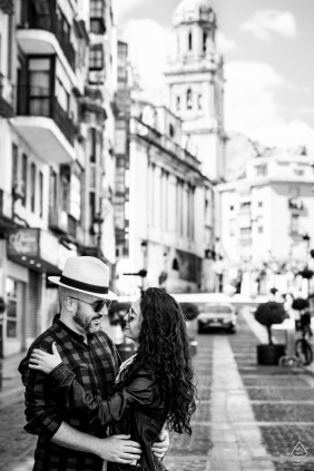 哈恩黑白婚禮前街頭合影
