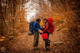 Eine Paar-Bildersession im Dolly Sods State Park in West Virginia, während sie mit ihrem Welpen zu einem Campingplatz wandert