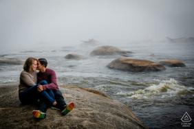 Eine Richmond Foggy Morning Verlobungssitzung an den Felsen und am Wasser