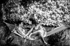 Catania fora da floresta sessão de fotos antes do dia do casamento com um casal relaxando em uma rede durante o verão